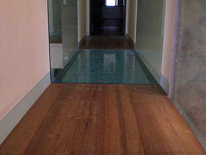 die kinderzimmer des obergeschosses sind ber eine glasbrcke mit dem master badezimmer verbunden dielenboden im kinderzimmer - Laminat Holzdielenboden