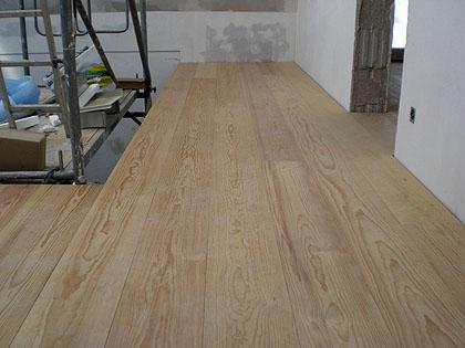 dies ist ein blick in den treppenhausbereich des obergeschosses - Laminat Holzdielenboden